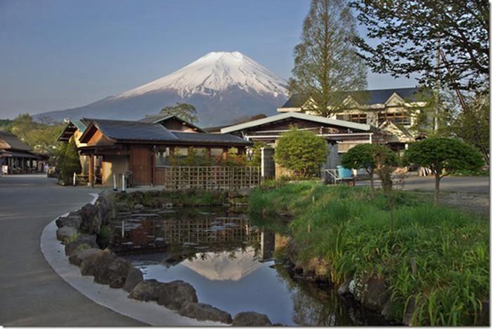 忍野八海の鏡池(カガミイケ)