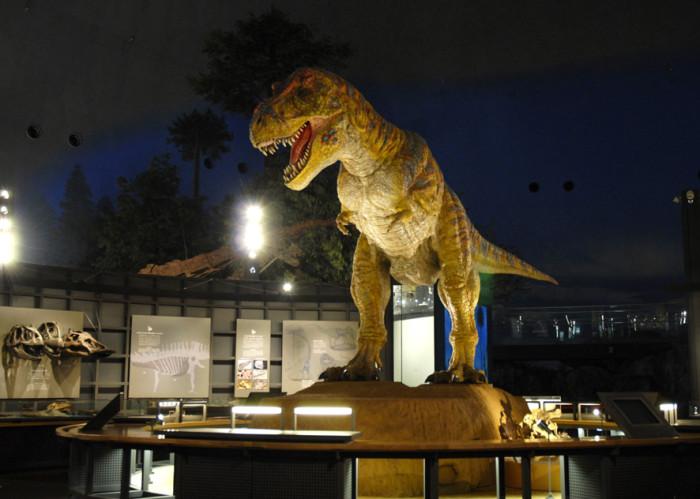 生きているかのように動くティラノサウルスのロボット(4分の3スケール)
