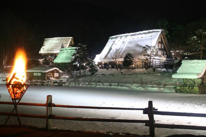 冬空の下、ライトアップされた飛騨民俗村・飛騨の里