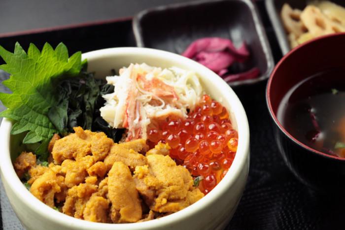 かに三色丼(店名:片倉商店)