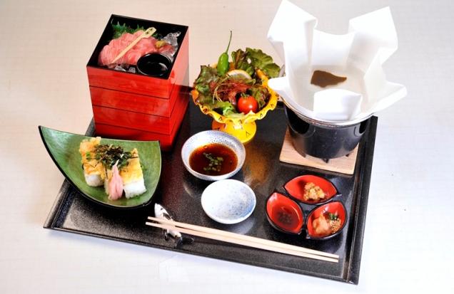 串本マグロしゃぶしゃぶ御膳 串本マグロしゃぶしゃぶ御膳は、一の重(赤身)・二の重(中トロ)・三の重(大トロ)・四の重(野菜)と、マグロ寿司などマグロずくしのメニューです。昼御膳 2,800円(税込)〕
