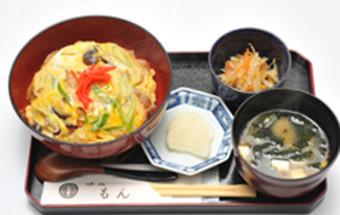 登米(とめ)市のB級グルメ「油麩丼(あぶらふどん)」を発祥の店「味処もん」でいただく