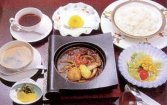 やみつきになる!『門司港焼きカレー』を、レトロモダンな『三井倶楽部』で食す
