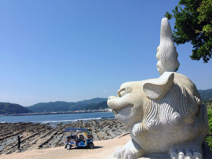 青島トゥクトゥクトローリーと海岸線