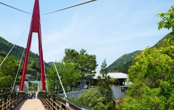天然温泉やコテージも併設された複合観光施設『道の駅霧の森』(愛媛県)