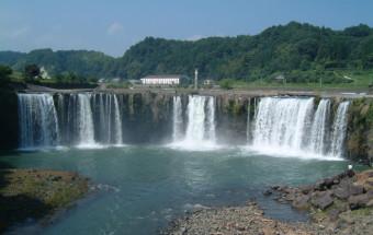 東洋のナイアガラとして知られる原尻の滝に隣接した田園の観光拠点『道の駅 原尻の滝』