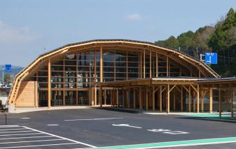 木材をふんだんに使った奥三河の観光拠点はジビエメニューが自慢!『道の駅 もっくる新城』