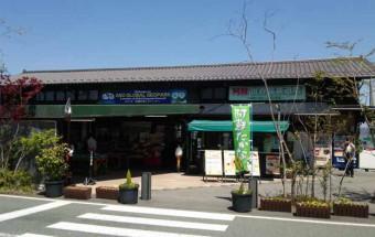 正面に雄大な阿蘇五岳を望む自然環境と『阿蘇あか牛』などのグルメが自慢の『道の駅 阿蘇』