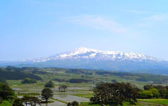 """日本海や鳥海山などの絶景を眺められる展望塔や展望温泉と、海の幸・山の幸が集まる""""食の宝庫""""を備えた『道の駅 象潟(きさかた) ねむの丘』"""