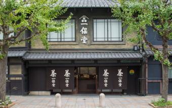 オリジナル茶の銘柄が40種。店内の喫茶室ではお茶の淹れ方から手ほどきしてもらえる。京都ならではのお茶の老舗『一保堂茶舖(いっぽどうちゃほ)』