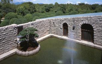 きっと誰もがあたたかく、豊かな気持ちになれる!染色の世界に花開いた芹沢作品を公開する『静岡市立芹沢銈介美術館』