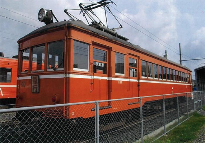デハニ50形 とてもかわいらしいレトロな車両、荷物室のある車両で一畑電車オリジナルの車両です。近年には畳敷きに改造され、お座敷電車・レトロ電車として主に観光や夏場のビール電車として活躍しましたが、保安上の問題から2009年3月29日に営業運転を終了いたしました。現在は、体験運転車両、出雲大社駅に展示していますのでみなさんぜひ見に来てくださいね!