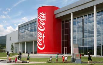 工場見学だけじゃない!アメリカンなコカ・コーラの世界が広がるギャラリーと広大なお花畑がある『グリーンパークえびの』