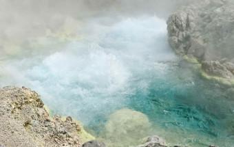 """世界でも珍しい『塩酸』を主成分とした強酸性の泉質。その効能を引き出す様々な浴槽が用意されている""""療養・癒しの温泉""""『新玉川温泉』"""
