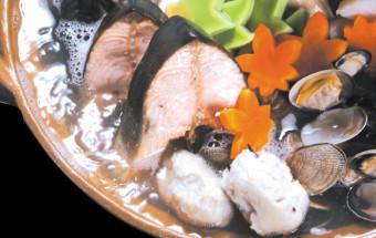 オホーツク産の魚介類と練り物、野菜がいっぱい!古代遺跡から出土した土器を模した鍋でいただく『網走モヨロ鍋』