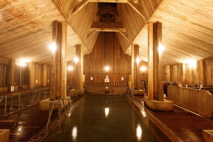 日本一と言われる強酸性のph値は1.2!刺激が強い泉質になります。新玉川温泉大浴場