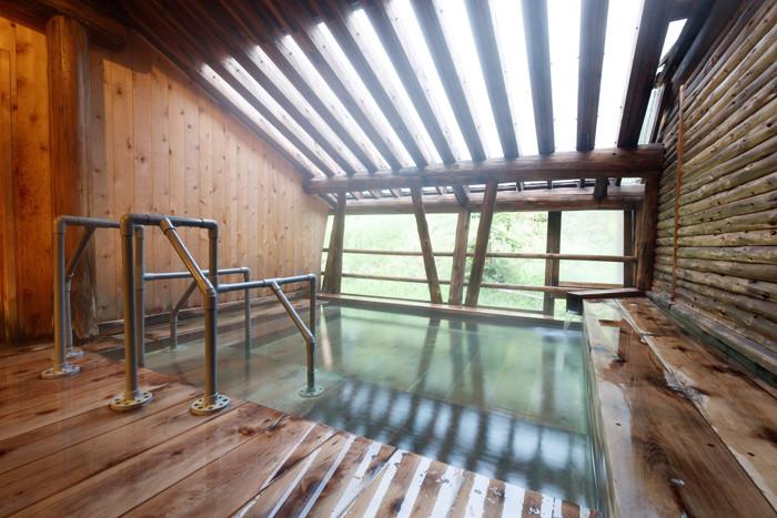 『露天風呂』 夏期は外の緑と空気を感じながらご入浴いただけます。