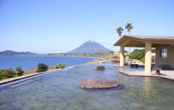 「日本一の絶景露天風呂」と大評判!大海原に浸り込むような温泉体験ができる指宿の『たまて箱温泉』