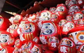 境内には心願成就のダルマがいっぱい!1300年の歴史を持ち、「勝ち運の寺」として有名な大阪・箕面の『勝尾寺(かつおうじ)』