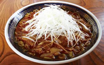 醤油スープにたっぷりのラー油、そして玉葱! パンチの効いたご当地ラーメンといえば『勝浦タンタンメン®』