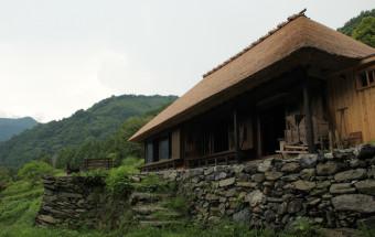 「日本のチベット」徳島県祖谷渓谷の茅葺民家を再生。古くて新しい宿として海外からも注目される『篪庵(ちいおり)』