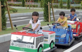 EVカーでドライビングコースを走ったり、ジオラマ内でラジコントラックを操縦したりできる!『こども交通公園』