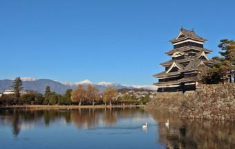 国内に残る現存天守12城のうち唯一の平城で、黒と白のコントラストが日本アルプスの山々を背景に美しい『国宝 松本城』