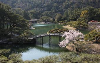 歴代高松藩主が磨き上げた「お庭の国宝」。一歩一景の美しい景観を堪能できる特別名勝『栗林公園(りつりんこうえん)』