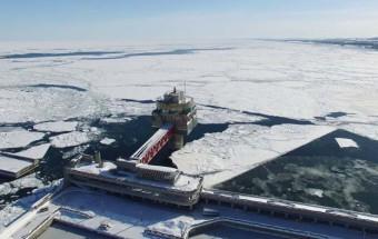 深さ-8.1mのフロア「海底階」の観察窓からオホーツク海の中を覗ける!紋別港の東端、海に突き出した防波堤の先にある、世界初の氷海展望塔『オホーツクタワー』