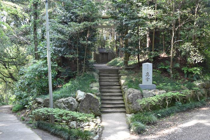 〔見どころ〕奥宮…楼門から旧参道を西へ100mほど行ったところに鎮座する社です。経津主大神の荒魂を祀りま す。