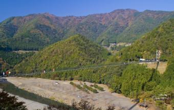 紀伊半島の中央部、自然がいっぱいの奈良県十津川村で、渓谷の空中散歩を楽しめる!『谷瀬(たにぜ)のつり橋』