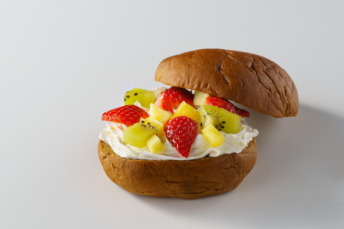 フルーツバーガー 黒糖を使用したほんのり甘みを感じるバンズに季節のフルーツと生クリームをトッピング