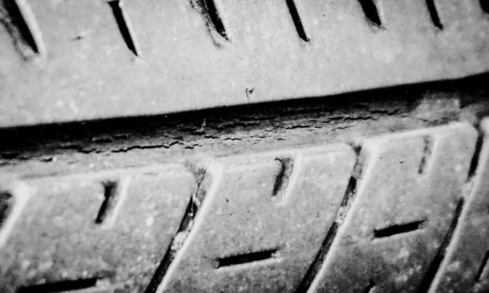タイヤの溝にできたヒビ