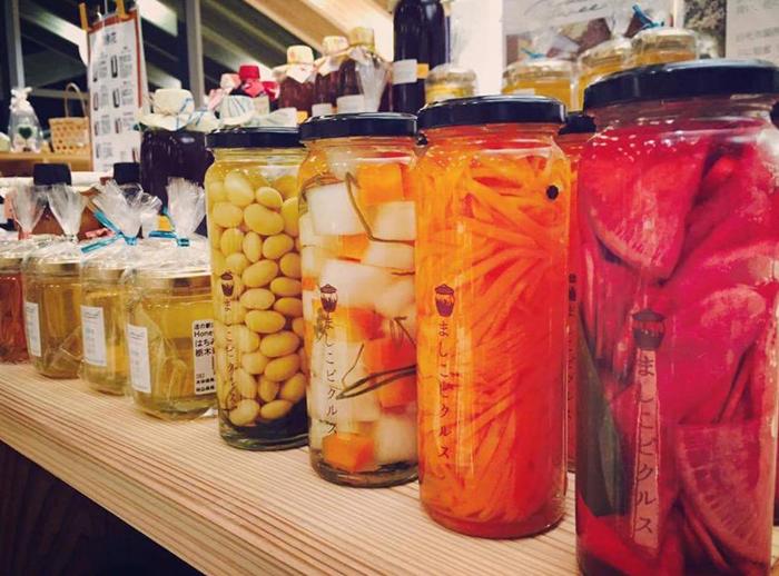 益子の旬の野菜をビネガーに漬け込んだ彩り鮮やかなピクルス。保存料や着色料は使わず野菜本来の味わいを大切にしています。