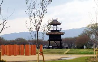 奈良盆地の中央部、『唐古・鍵遺跡史跡公園』に隣接。ベーカリーでは『黄金の生食パン 極』が人気。カフェにはスイーツ系と惣菜系のいろいろなドッグサンドが並ぶ!『道の駅 レスティ唐古・鍵(からこ・かぎ)』