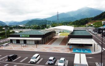 """山梨県内最南部に2018年オープンした道の駅。「㐂(よろこ)びのお茶」と呼ばれる南部茶をメインテーマに""""食のテーマパーク""""を目指し、おいしいものがいっぱい!『道の駅なんぶ』"""