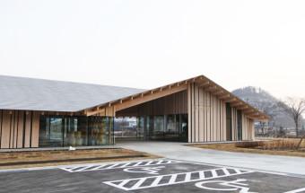 十和田湖近くに新規オープンした道の駅は、隈研吾氏設計のシンプル&ウッディな佇まい。『かづの牛』ほかの美味しい味とおんせん足湯が楽しめる!『道の駅おおゆ(湯の駅おおゆ)』