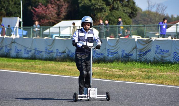 折り畳み式立ち乗り型EVのKPCEV-07。試験中の生徒たちに代わって、先生がドライブした。