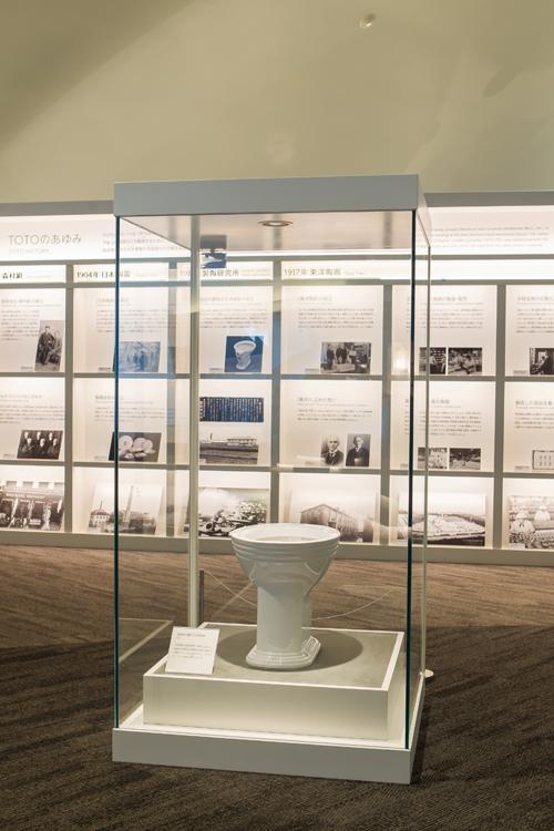 第1展示室 日本初の腰掛式水洗便器(レプリカ)とTOTOのあゆみパネル