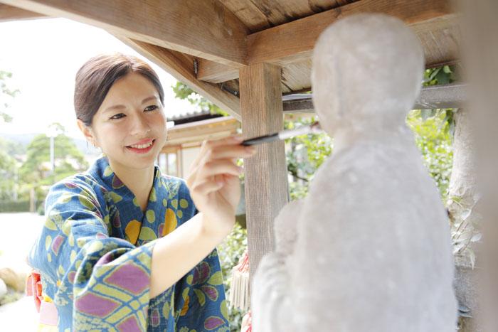 清巌寺には地元の人々の間で信仰されてきた「おしろい地蔵さま」が奉られている。自分のお肌の気になる部分と同じところにおしろいを塗って美肌祈願をしよう!